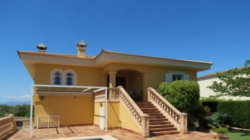 House in a quiet location in Bahia Azul with sea views