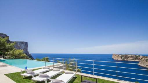 Luxury holiday home with breathtaking panoramic views and pool