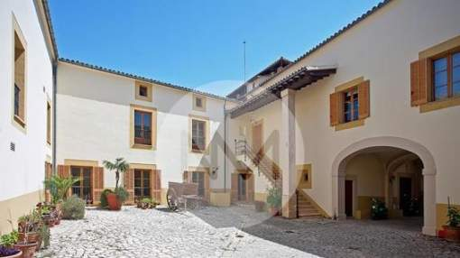 Property Palma de Mallorca: Palatial mansion of the XIV C. with views of the Bay of Palma. Close to Golf.