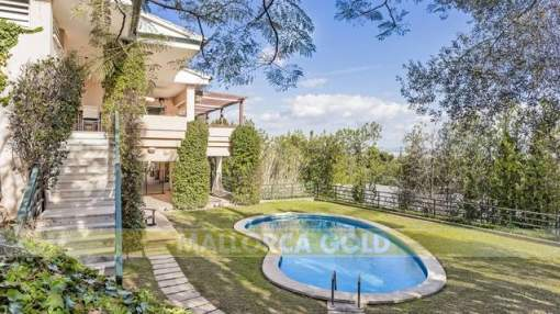 Family villa with large garden and views over Palma