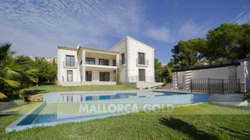 Spacious bright south facing villa on a flat plot with sea views