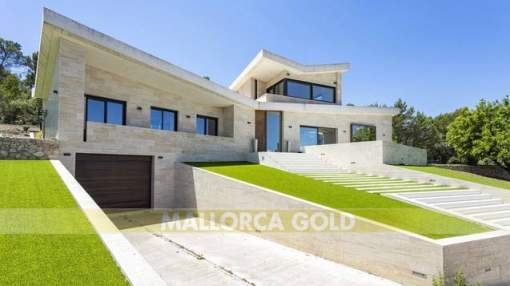 Modern villa in elevated position with unobstructed views 20 minutes from Palma