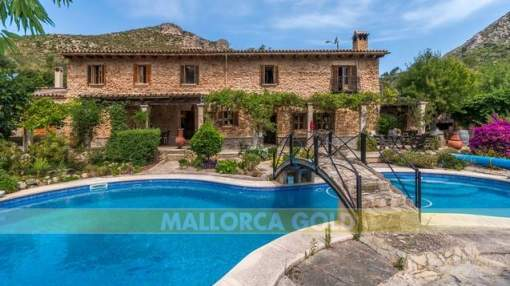 Historical stone-faced finca from the 18th century with guest house