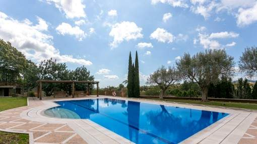 Luxurious property with gym and pool in Establiments