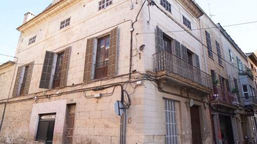 Well-maintained town house, centrally-situated in the heart of Manacor