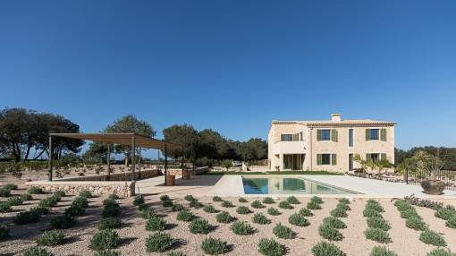 Outstanding new build country house with magnificent views of the surrounding countryside in Cas Concos