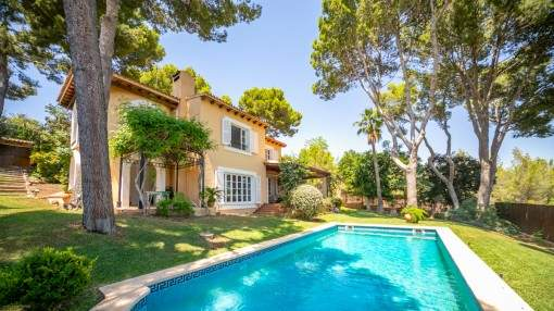 Romantic family-villa with a lovely garden and pool in Bendinat