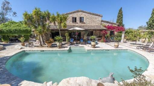 Very well-maintained natural-stone finca surrounded by countryside near Pollenca