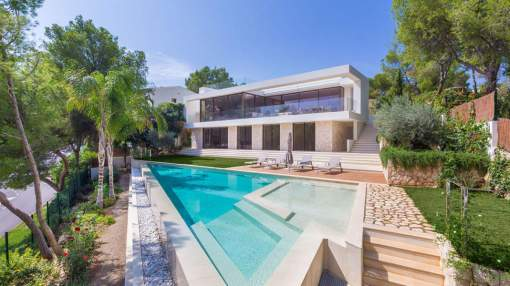 Elegant luxury villa in front line of the harbour – Optionally mooring