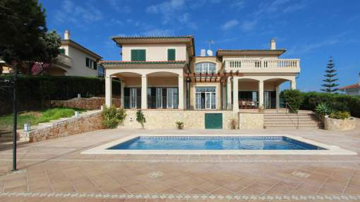 Mediterranean style Villa with a pool in a quiet residential area to rent